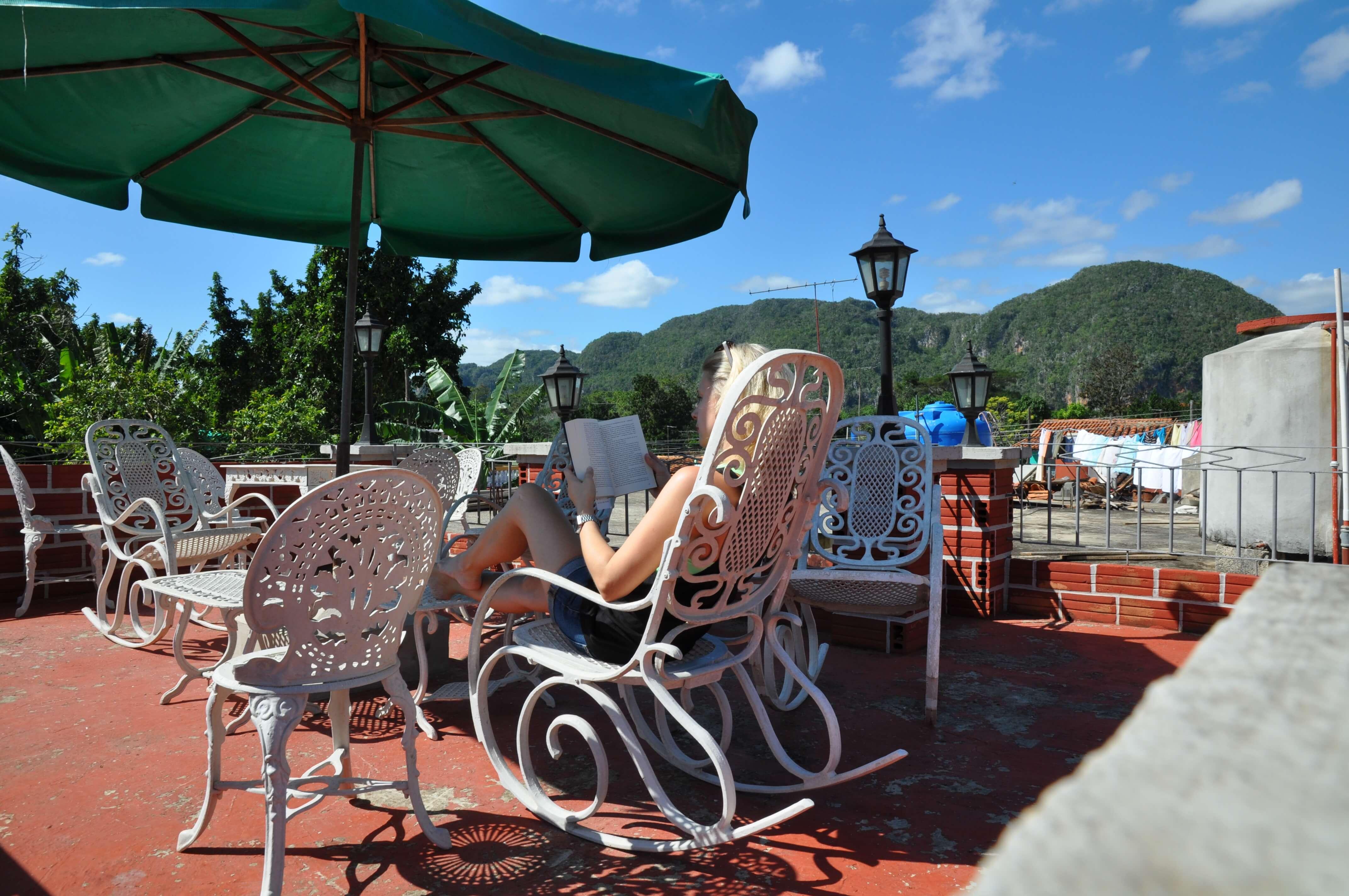Yoga retreat in Vinales auf Kube. Relaxen auf dem Dach der Unterkunft mit Blick auf das Tal von Vinales auf Kuba.