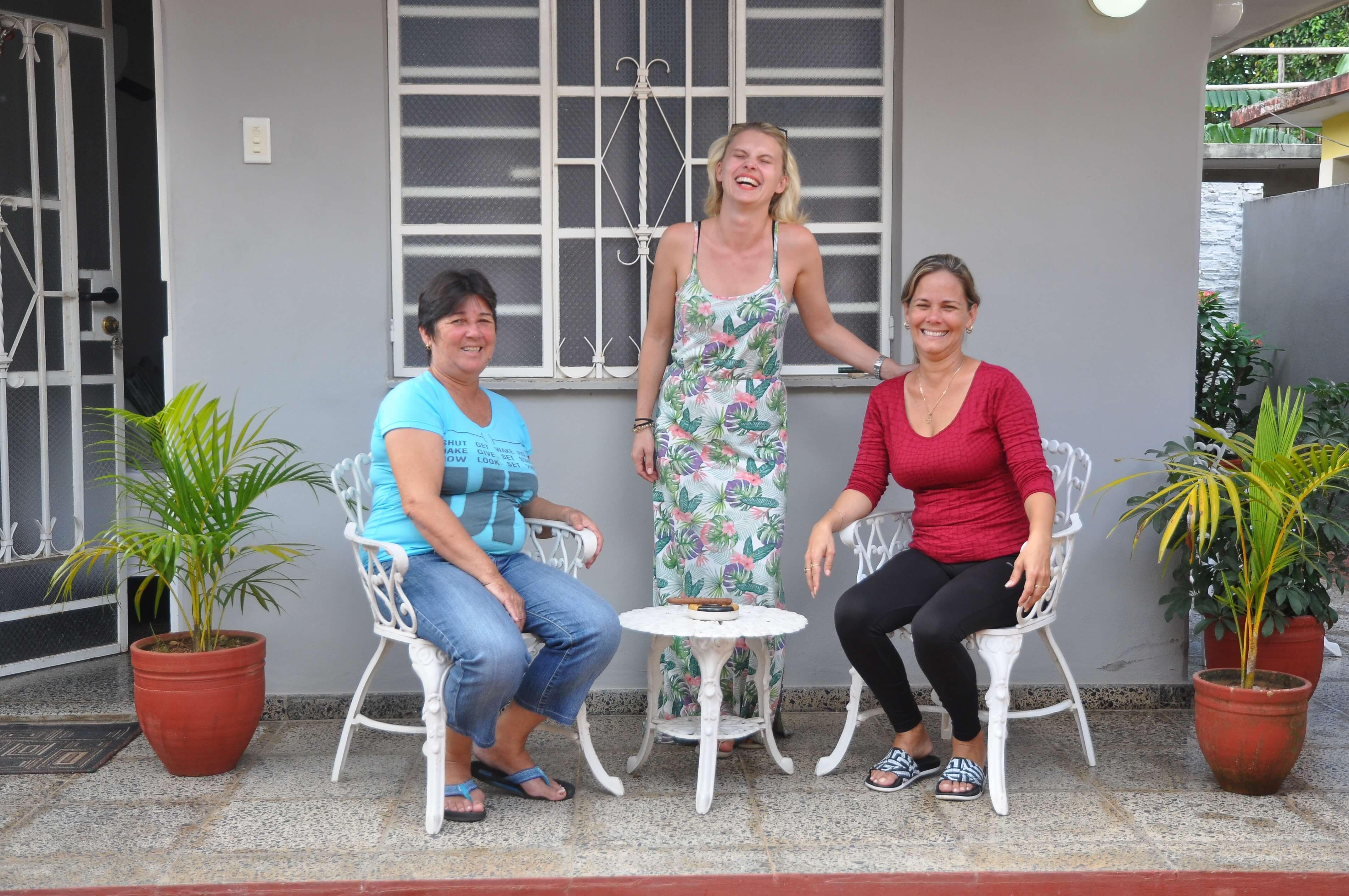 Elisa mit Yuana und Jainet vor der Unterkunft für den Yoga Retreat in Vinales auf Kuba.